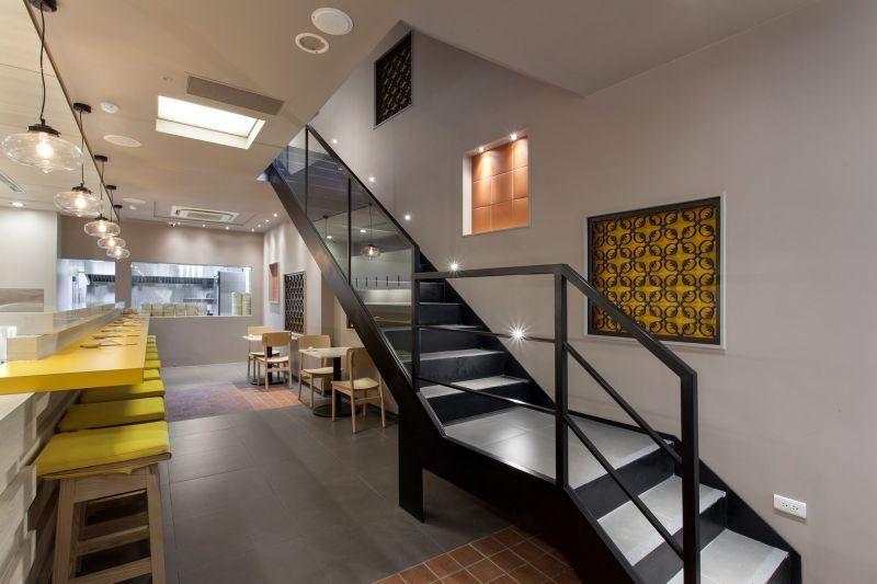 金品茶語採用台灣傳統建築紅磚瓦、窗花的元素,以創新手法打造出簡約明亮的時尚空間。.jpg