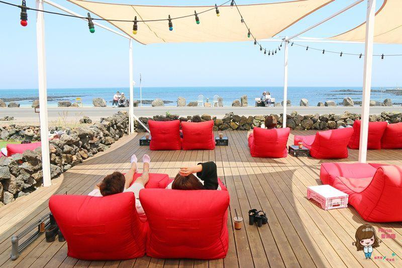 【濟州島自由行】濟州市 CAFE mani 紅色沙發 露天海景咖啡館 讓人懶到不想起來 @Alina 愛琳娜 嗑美食瘋旅遊