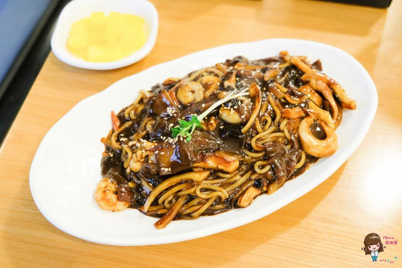 【首爾美食】弘大 洪炸醬 홍짜장 韓國三鮮炸醬麵,一人餐廳便宜美味 @Alina 愛琳娜 嗑美食瘋旅遊
