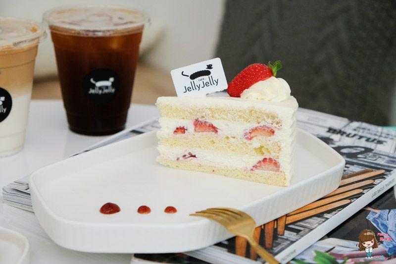 雪白草莓蛋糕